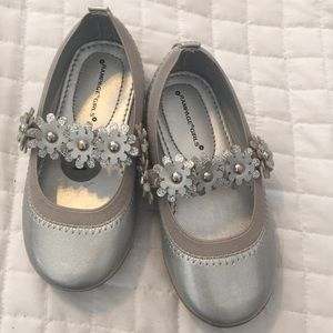 Size 7 flower embroidered strap silver shoes